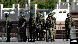 Сотрудники китайских служб безопасности в Синьцзяне - провинции на северо-западе Китая.