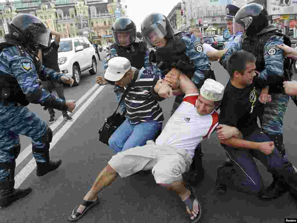 На Хрещатику тривають акції прихильників та супротивників Тимошенко. Кількість правоохоронців зростає.Photo by Gleb Garanich for Reuters