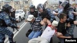 Полиция пытается приостановить сторонников бывшего премьера Украины Юлии Тимошенко, пытавшихся заблокировать движение на улице в центре г.Киев. Reuters. 08.8.2011.