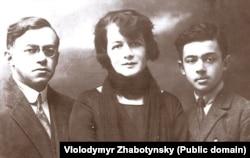 Єврейський політичний і військовий діяч Володимир (Зеєв) Жаботинський (1880–1940) із дружиною і сином. Фотографія з 1920-х років