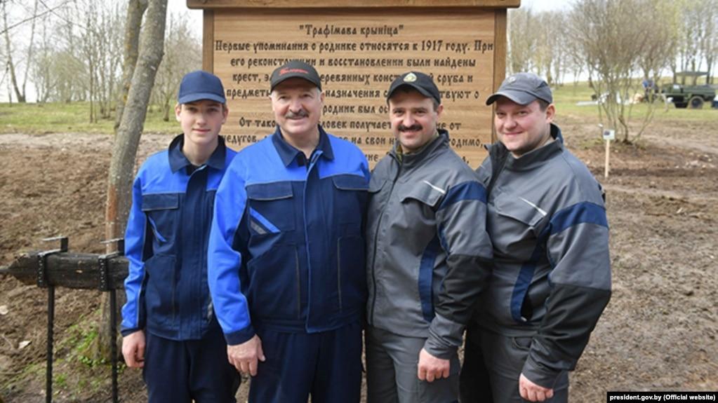Сям'я Лукашэнкаў на суботніку: Мікалай, Аляксандар, Віктар і Дзьмітры Лукашэнкі