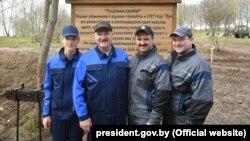Сям'я Лукашэнкаў на суботніку: Мікалай, Аляксандар, Віктар і Дзьмітры, архіўнае фота