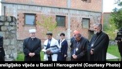 Predstavnici vjerskih zajednica tokom posjete stratištima iz posljednjeg rata, 24. april 2017.