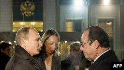 Президент России Владимир Путин (слева) и президент Франции Франсуа Олланд в аэропорту Внуково (незапланированный визит в Россию Олланд совершил после визита в Астану). Москва, 6 декабря 2014 года.