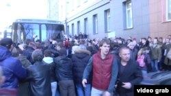 Участники протеста блокируют автобус, в котором, предположительно, находится Алексей Навальный
