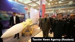 وزیر دفاع در مراسم رونمایی از موشک کروز هویزه در ۱۳ بهمن ۹۷