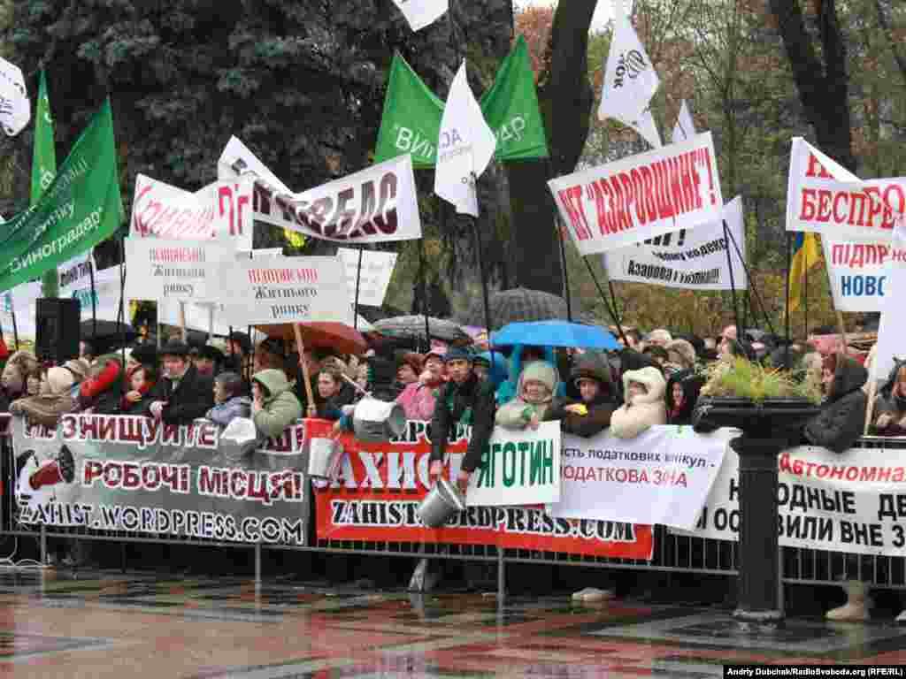 Близько 2 тисяч підприємців зібрались біля будинку Верховної Ради з вимогою не допустити ухвалення Податкового кодексу.