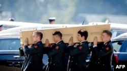 Військові Нідерландів переносять труну з тілом однієї з жертв катастрофи рейсу MH17, авіабаза в Ейндховені, 23 липня 2014 року
