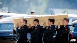 Військові Нідерландів несуть труну з тілом жертви катастрофи рейсу MH17, авіабаза в Ейндховені, 23 липня 2014 року