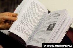 У кнізе сабраныя ўспаміны больш як сотні людзей, пераважна з Заходняй Беларусі
