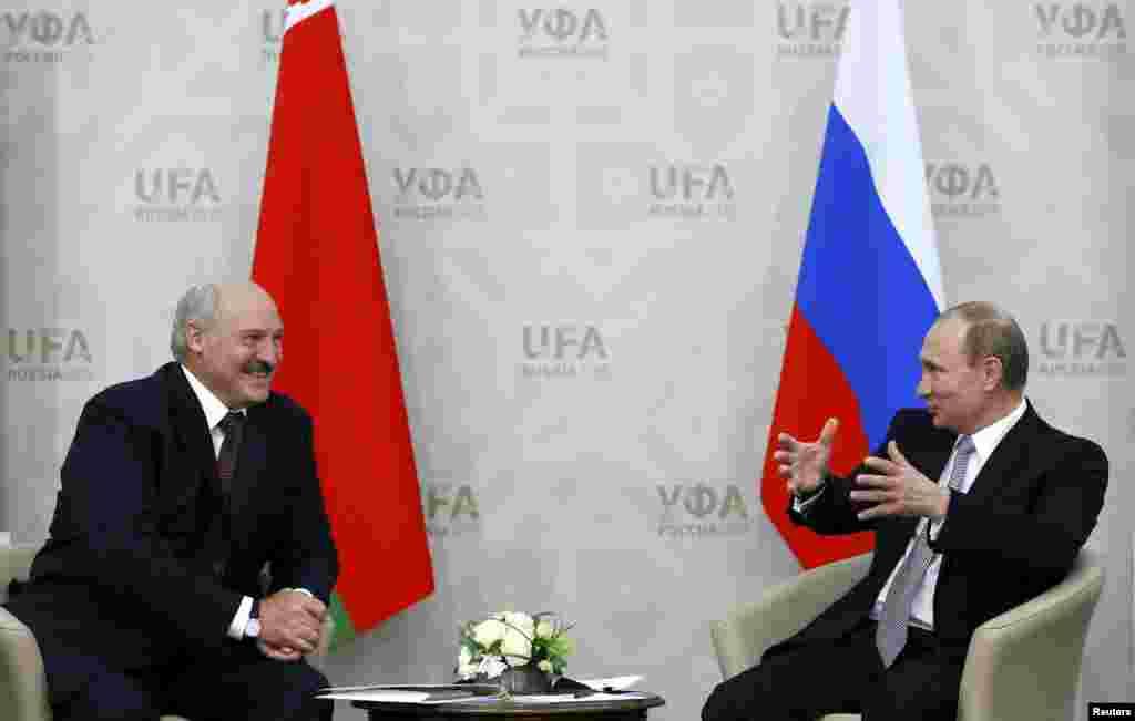Беларусь президенті Александр Лукашенко (сол жақта) мен Ресей президенті Владимир Путин. 8 шілде 2015 жыл.