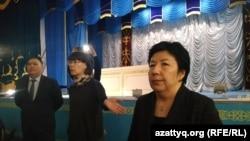 Чиновники на встрече с жителями села Акжайык, недовольными открытием карантинного стационара. Западно-Казахстанская область, 11 марта 2020 года.