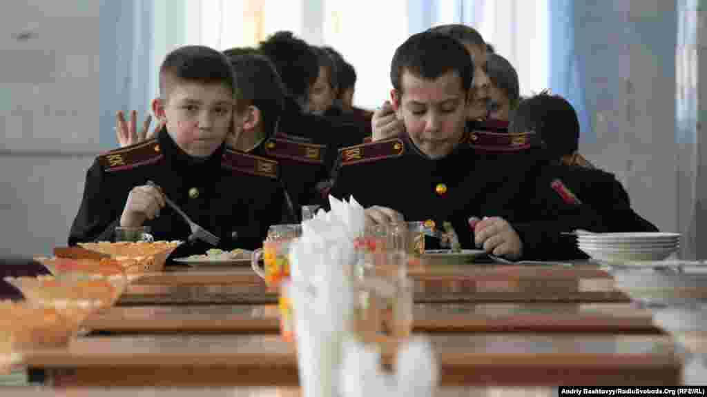 Все відбувається, майже як у справжніх військових. Їдять разом, з їдальні виходять також разом.