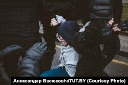 Затрыманьне Дашы Андрыянавай. Фота: Аляксандар Васюковіч/TUT.BY