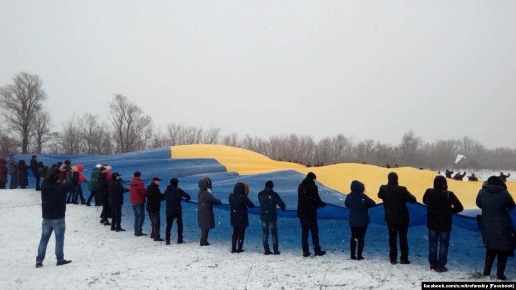 На адмінкордоні з окупованим Кримом розгорнули прапор України
