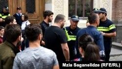Грузинская полиция возле здания парламента