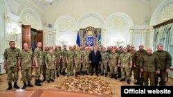 Петр Порошенко встречается с украинскими военными в Международный день миротворца. 29 мая