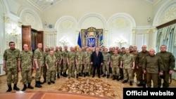 Президент України Петро Порошенко і українські військові, архівне фото