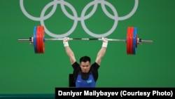 Қазақстандық ауыр атлет Фархад Харки штанга көтеріп тұр. Рио-де-Жанейро, 9 тамыз 2016 жыл.