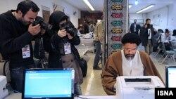 محمود علوی در حال نامنویسی در انتخابات نهم مجلس شورای اسلامی