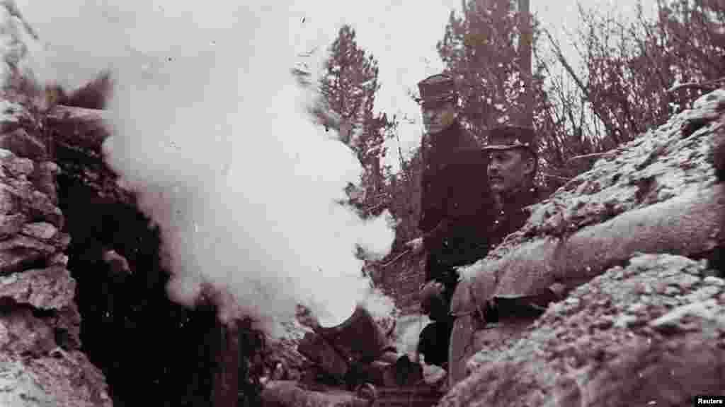Французские солдаты стреляют из 155-мм миномета из траншеи на линии фронта в неизвестном месте во Франции
