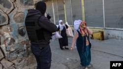 Диярбакыр көшелерінде жүрген түрік арнайы жасақ сарбазы. Түркия, наурыз 2016 жыл.