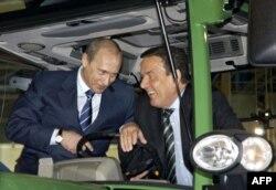 Добрые друзья. Владимир Путин и Герхард Шрёдер на промышленной выставке в Ганновере, 2005 год