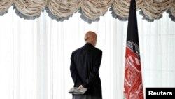 Presidenti i Afganistanit, Hamid Karzai, duke hyrë në konferencën në Tokio