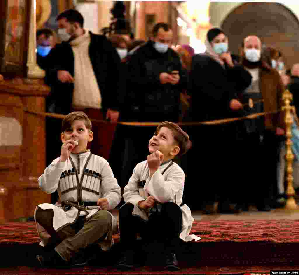 Мальчики в традиционной одежде внутри тбилисского собора Святой Троицы, когда грузины отмечают Рождество. Утро 7 января