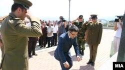 Министерот за одбрана Фатмир Бесими и делегација од АРМ положија цвеќе на споменикот на припадниците на ОНА во Слупчане.