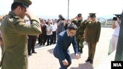 Министерот за одбрана Фатмир Бесими и делегација од АРМ положива цвеќе на споменик на загинатите припадници на ОНА во Слупчане.