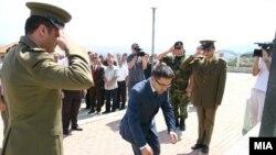 Mинистерот за одбрана положи цвеќе на споменик на припадниците на ОНА во село Слупчане.