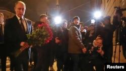 Владимир Путин возлагает цветы рядом с местом теракта в Петербурге. 3 апреля 2017 г.