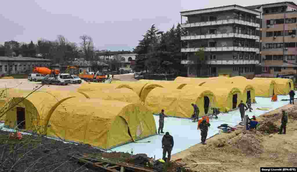 Spitalul mobil din Skopje e format din corturi sanitare militare.