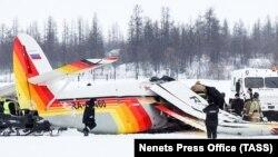 Shpëtimatarët dhe zjarrfikësit afër aeroplanit të rrëzuar sot në Rusi