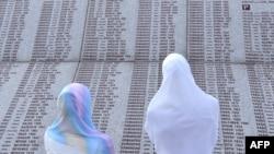 زنان بازمانده از فجایع شهر سربرنیتسا در بوسنی و هرزه گوین در حال جستجوی نام بستگان خود که توسط نیروهای صرب بوسنی به رهبری رادوان کارادجیچ کشته شدند.(عکس: AFP)
