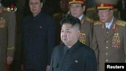 Ким Џон Ун оддава почит пред ковчегот на неговиот починат татко, Ким Џонг Ил.