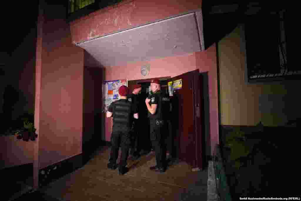 Поліція охороняє вхід до під'їзду будинку, де було вбито Аркадія Бабченка