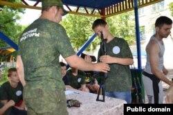 Луганських дітей вчать розбирати-збирати зброю
