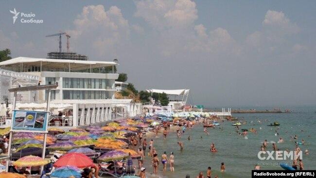 На пляжі біля клубу «Боно» вздовж берега практично не пройти