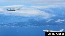 Avionul rusesc Antonov AN-12 (sus) supravegheat de avionul britanic Typhoon în spaţiul aerian al Estoniei. 25 iunie 2019
