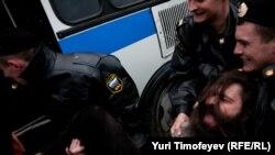 Задержание одного из участников акции на Триумфальной площади в Москве