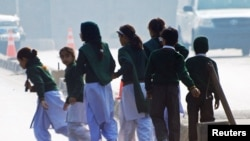 Дзеці ўцякаюць са школы ў Пэшавары