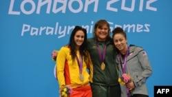 Elizabeth Stone (ən sağda) Londonda bürünc medal qazandı
