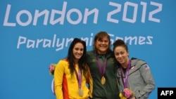 Элизабет Стоун (оң жақ шетте), паралимпиаданың қола жүлдегері. Лондон, 30 тамыз 2012 жыл