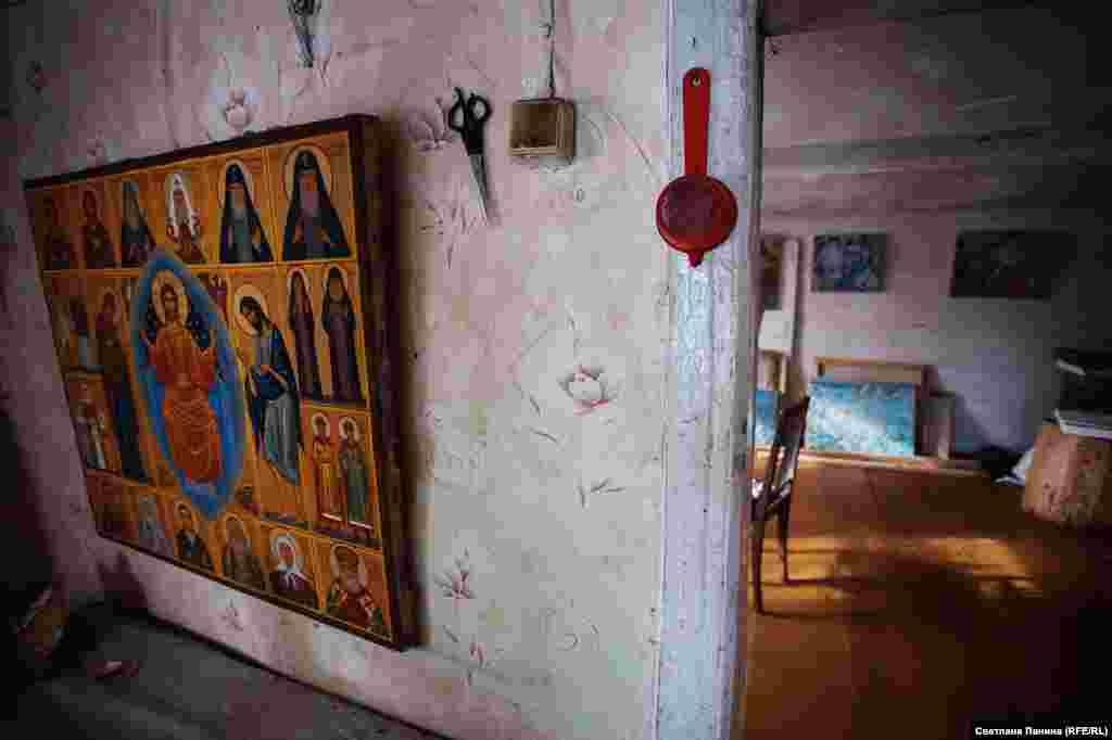 Список контактов художника-отшельника состоит из одного номера – телефона дочки, который нацарапан на стене под выключателем.