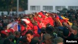 Kovčeg sa tijelom predsjednika Huga Chaveza nošen je ulicama Karakasa