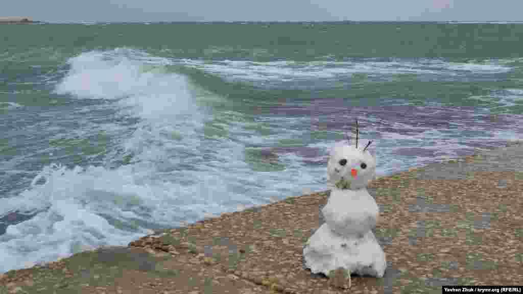 На бетонній набережній хтось зліпив сніговика