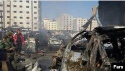 نخستین انفجار روز یکشنبه در جنوب دمشق یک خودرو بمبگذاری شده در نزدیکی یک ایستگاه اتوبوس بود.