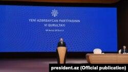 İ.Əliyev YAP-ın qurultayında çıxış edir.